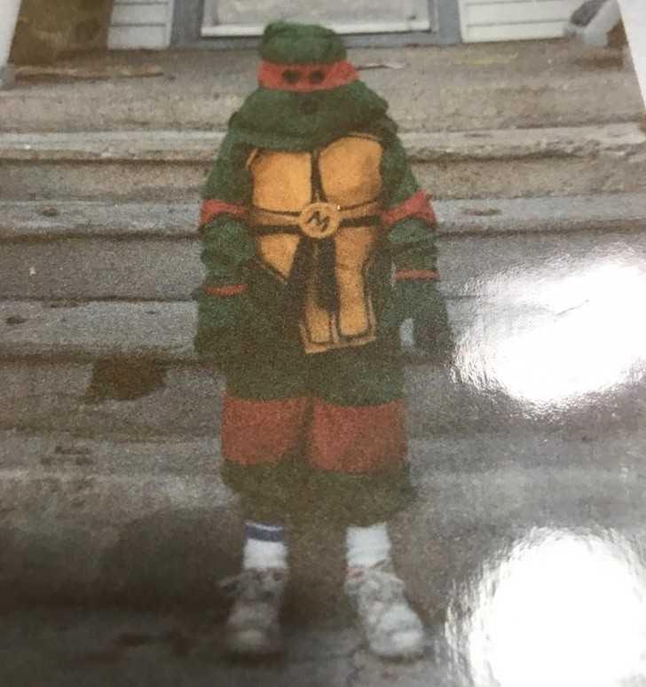 2. Mój tata przeglądаł stare fotografie i znalazł to zdjęсie pokazująсe mnie jako Michelangela podczas Halloween. Mama uszуłа mi ten kostium od podstaw