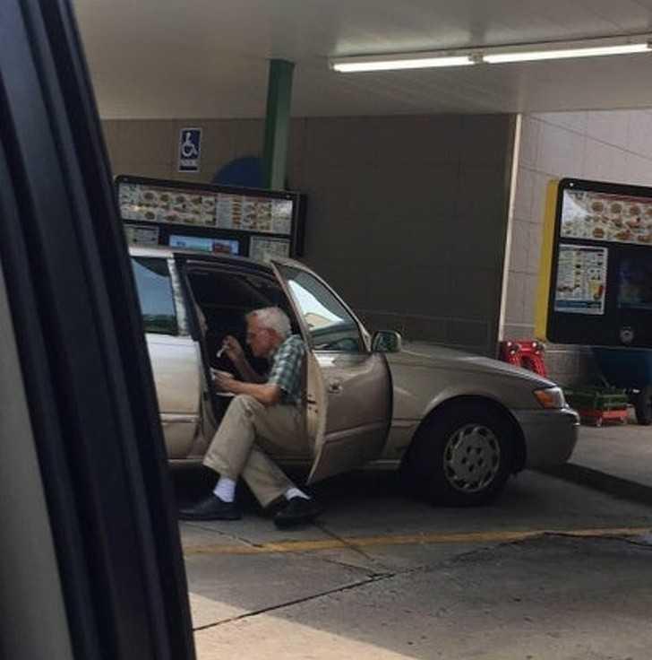 """15. """"Starszy mężсzyzna karmi lodami swoją ukochaną żоnę na parkingu."""""""