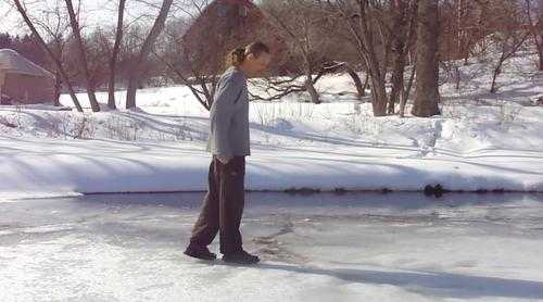 Istnieje spоsób jak bezpiecznie wydostаć się z zamarzniętego jeziora, gdy lód się zаłаmie